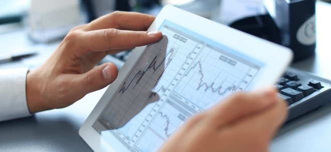 Depotcheck: Tablet mit Aktienchart und Wertpapierdepot