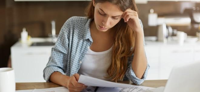Schufa-Eintrag: Frau sorgt sich um ihre Finanzen wegen unbezahlter Rechnungen