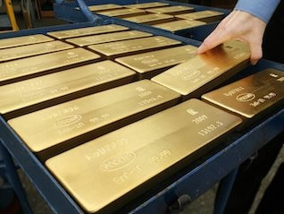 : Gold could soar to its highest level since 2013 if the Fed keeps cutting rates, economist says