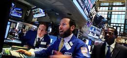 Хедж-фонды сделали рекордные ставки на падение рубля перед выборами в США