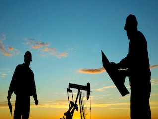 : Oil tumbles as much as 2% as Oklahoma crude piles up