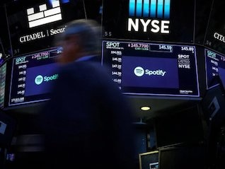 : Spotify tumbles on reports Apple will fund its own original podcasts (AAPL, SPOT)