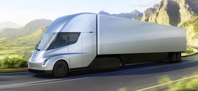 Tesla Semi-Prototyp auf der Straße: Tesla liefert Model 3 mit eigenem Elektro-Laster aus