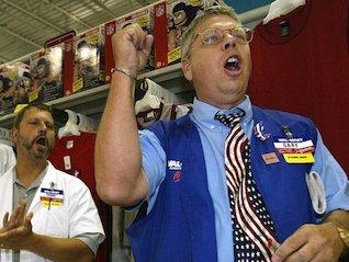 : Walmart beats as online sales surge (WMT)